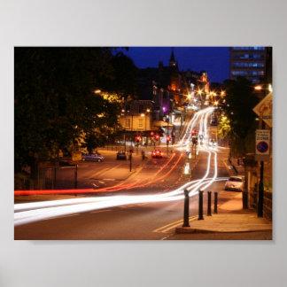 Tráfico en la noche en centro de ciudad de Harroga Póster
