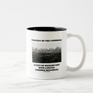 Tragedia de los campos comunes un hecho de la vida taza de café de dos colores