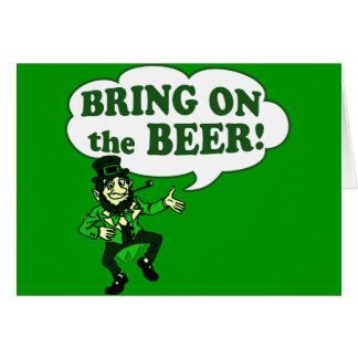 Traiga en el Leprechaun de la cerveza Tarjeta De Felicitación