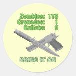 Traiga en los zombis pegatina redonda
