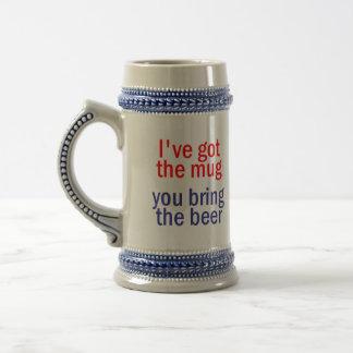 Traiga la taza de cerveza