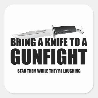 Traiga un cuchillo a un tiroteo pegatina cuadrada