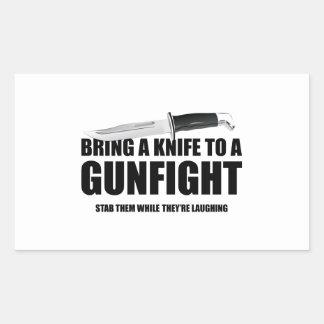 Traiga un cuchillo a un tiroteo pegatina rectangular