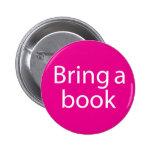 Traiga una magenta del libro pin redondo 5 cm