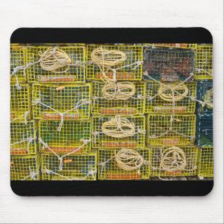 Trampas amarillas de la langosta apiladas en alfombrillas de ratón