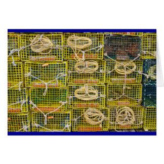 Trampas amarillas de la langosta apiladas en tarjeton