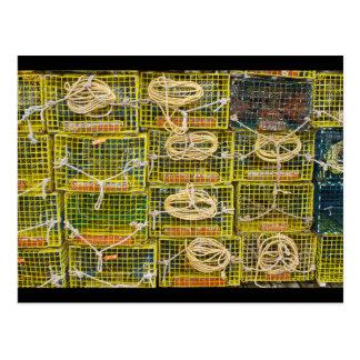 Trampas amarillas de la langosta apiladas en tarjeta postal