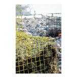 Trampas de la langosta en la playa rocosa papeleria personalizada