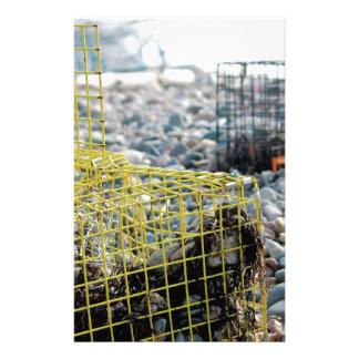 Trampas de la langosta en la playa rocosa papelería personalizada