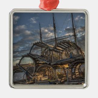 Trampas de la langosta y palos altos de la nave adorno navideño cuadrado de metal