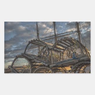 Trampas de la langosta y palos altos de la nave rectangular pegatina
