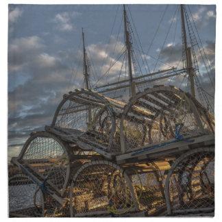 Trampas de la langosta y palos altos de la nave servilleta imprimida