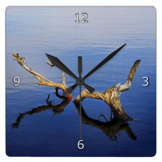 Tranquilidad del extracto del borde de los lagos reloj cuadrado
