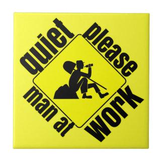 Tranquilidad por favor, hombre en el trabajo azulejo cuadrado pequeño