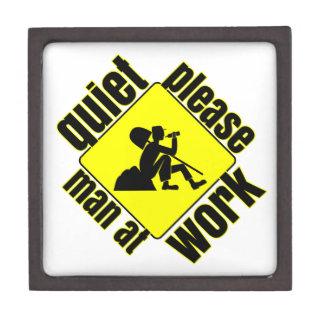 Tranquilidad por favor hombre en el trabajo cajas de joyas de calidad