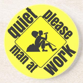 Tranquilidad por favor, hombre en el trabajo posavasos personalizados