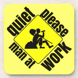 Tranquilidad por favor, hombre en el trabajo posavaso