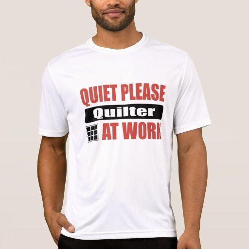 Tranquilidad por favor Quilter en el trabajo Camiseta