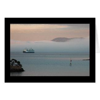 Transbordador en niebla de la puesta del sol tarjeta de felicitación