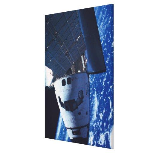 Transbordador espacial atracado 2 impresion de lienzo