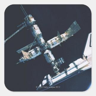 Transbordador espacial atracado 2 calcomanías cuadradass