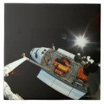 Transbordador espacial en espacio azulejo cuadrado grande