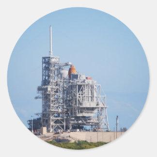 Transbordador espacial en la plataforma de etiqueta redonda