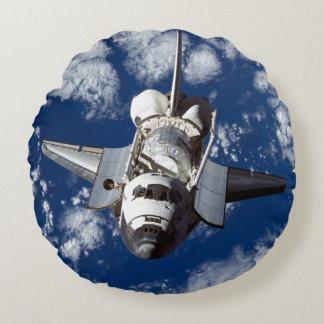 Transbordador espacial en órbita cojín redondo