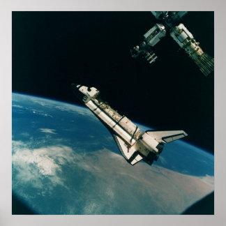 Transbordador espacial la Atlántida con el MIR Posters