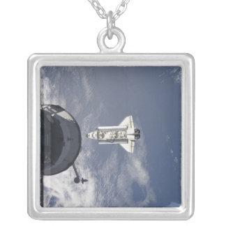 Transbordador espacial la Atlántida y una nave Colgante Cuadrado