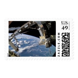 Transbordador espacial la Atlántida y una nave Sello