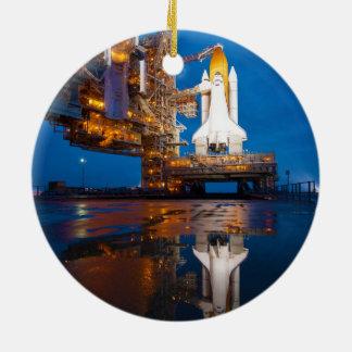 Transbordador espacial listo para el lanzamiento adorno de navidad