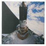 Transbordador espacial que lanza el satélite tejas  cerámicas