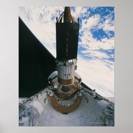 Transbordador espacial que lanza el satélite poster