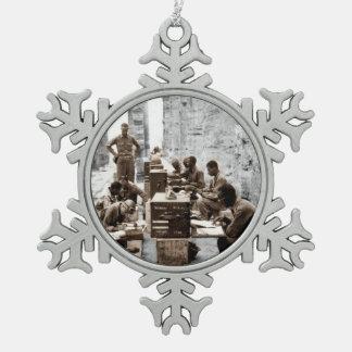 Transcripción y operadores de radio en ruinas adorno de peltre en forma de copo de nieve