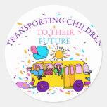 Transporte de niños a su futuro pegatina redonda