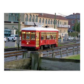 Tranvía eléctrico rojo en pistas postales