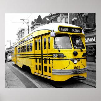Tranvía histórico con color amarillo llamativo póster