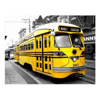 Tranvía histórico con color amarillo llamativo tarjeta postal