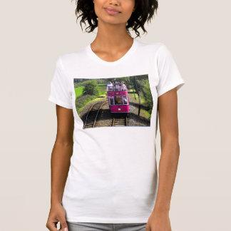 Tranvía rosada en el lugar passsing playeras