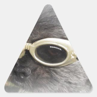 Trasto el perro que ayuda a otros pegatinas de triangulo personalizadas
