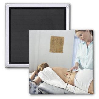 Tratamiento de la quiropráctica. denuncia en ella imán para frigorífico