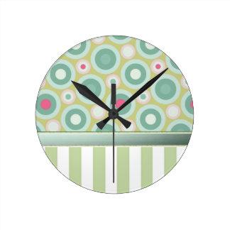 Trate las rayas con suavidad verdes con los puntos reloj redondo mediano