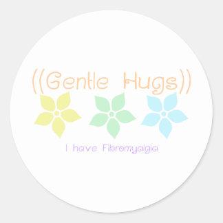 trate los abrazos con suavidad pegatina redonda
