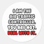 Trato con él… controlador aéreo divertido etiqueta redonda