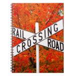Travesía de ferrocarril del otoño libretas espirales