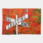 Travesía de ferrocarril del otoño toalla de mano