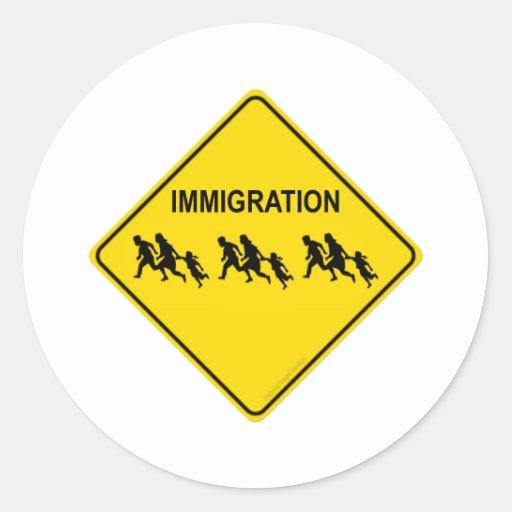 Travesía de la inmigración pegatina redonda