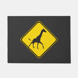 Travesía de la jirafa de la atención felpudo