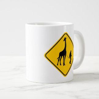 Travesía de la jirafa del mascota taza de café gigante